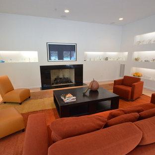 Ispirazione per un soggiorno moderno di medie dimensioni e chiuso con pareti bianche, moquette, camino classico, cornice del camino piastrellata, TV a parete e pavimento beige