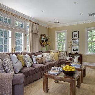 Esempio di un soggiorno tradizionale con pareti beige e TV a parete