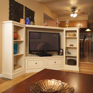 セントルイスの中サイズのトラディショナルスタイルのおしゃれなファミリールーム (ベージュの壁、無垢フローリング、標準型暖炉、タイルの暖炉まわり、埋込式メディアウォール、茶色い床) の写真