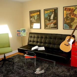 ボストンの小さいトラディショナルスタイルのおしゃれな独立型ファミリールーム (ミュージックルーム、ベージュの壁、カーペット敷き、茶色い床) の写真
