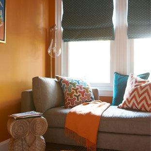 Ejemplo de sala de estar cerrada, clásica renovada, pequeña, sin chimenea y televisor, con parades naranjas y moqueta
