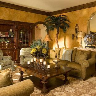 Imagen de sala de estar abierta, mediterránea, de tamaño medio, con paredes amarillas y suelo de madera oscura