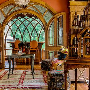 Klassisches Wohnzimmer mit oranger Wandfarbe und braunem Holzboden in Atlanta