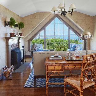 ボストンの中サイズのビーチスタイルのおしゃれな独立型ファミリールーム (ホームバー、マルチカラーの壁、無垢フローリング、標準型暖炉、レンガの暖炉まわり、茶色い床) の写真