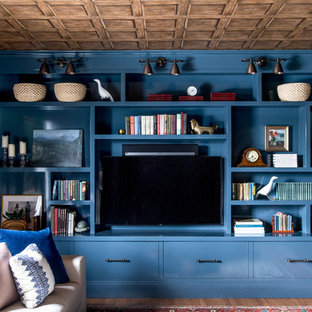 ポートランド(メイン)のトランジショナルスタイルのおしゃれなファミリールーム (青い壁、無垢フローリング、埋込式メディアウォール、茶色い床) の写真