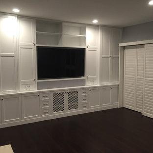Modelo de sala de estar abierta, tradicional renovada, grande, sin chimenea, con paredes blancas, moqueta y pared multimedia
