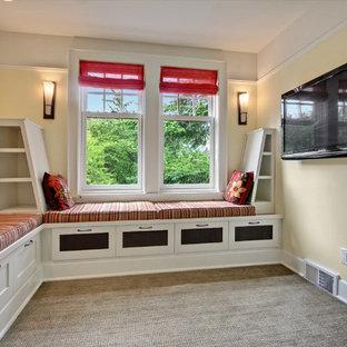 Foto de sala de estar de estilo americano, pequeña, sin chimenea, con paredes amarillas, moqueta y televisor colgado en la pared
