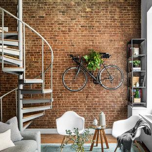 Cette photo montre une salle de séjour avec une bibliothèque ou un coin lecture industrielle avec un mur rouge.