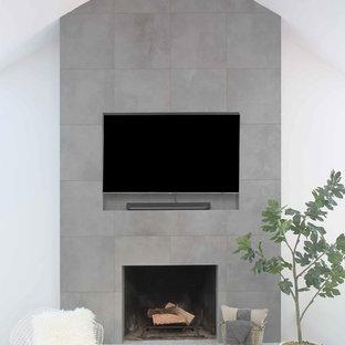 Großes, Offenes Wohnzimmer mit weißer Wandfarbe, Vinylboden, Kamin, Kaminumrandung aus Stein und Wand-TV in New York