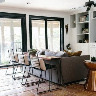 Idéer för att renovera ett mellanstort eklektiskt avskilt allrum, med ett spelrum, flerfärgade väggar, klinkergolv i terrakotta, en inbyggd mediavägg och brunt golv