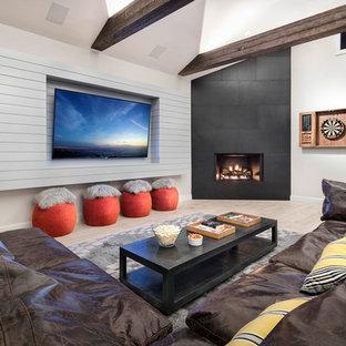 Ejemplo de sala de estar con barra de bar abierta, contemporánea, grande, con paredes grises, suelo de baldosas de porcelana, marco de chimenea de metal, pared multimedia y suelo beige