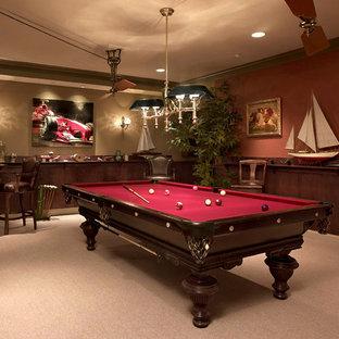 Idée de décoration pour une grand salle de séjour tradition avec salle de jeu, un mur rouge et moquette.