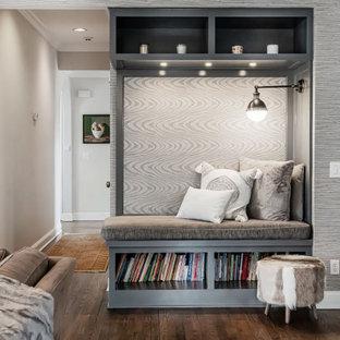 Große, Offene Klassische Bibliothek mit grauer Wandfarbe, braunem Holzboden, braunem Boden und Tapetenwänden in New York
