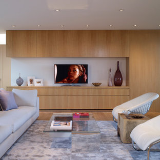 Großes, Offenes Modernes Wohnzimmer ohne Kamin mit hellem Holzboden, freistehendem TV und weißer Wandfarbe in Los Angeles