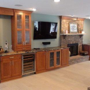 シカゴの大きいコンテンポラリースタイルのおしゃれなオープンリビング (ホームバー、緑の壁、無垢フローリング、標準型暖炉、レンガの暖炉まわり、壁掛け型テレビ) の写真
