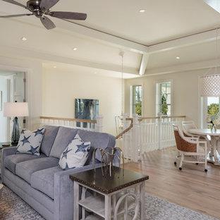 マイアミの中サイズのトロピカルスタイルのおしゃれなファミリールーム (ホームバー、淡色無垢フローリング、茶色い床) の写真