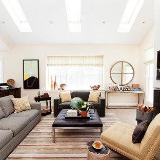 Foto di un grande soggiorno minimal aperto con pareti beige, moquette, TV a parete, camino classico e cornice del camino in pietra