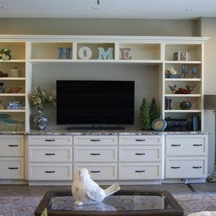 フェニックスの中サイズのトラディショナルスタイルのおしゃれなファミリールーム (ベージュの壁、磁器タイルの床、壁掛け型テレビ、茶色い床) の写真