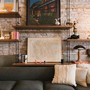 Esempio di un soggiorno industriale di medie dimensioni con pareti rosse, parquet chiaro, camino classico e cornice del camino in pietra