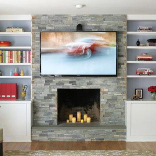 ニューヨークの中サイズのトランジショナルスタイルのおしゃれな独立型ファミリールーム (青い壁、濃色無垢フローリング、暖炉なし、石材の暖炉まわり、壁掛け型テレビ、茶色い床) の写真