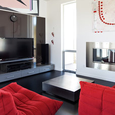 Modern Family Room by PIQUE llc