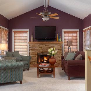Réalisation d'une salle de séjour bohème de taille moyenne et ouverte avec un mur violet, moquette, une cheminée standard, un manteau de cheminée en pierre et un téléviseur fixé au mur.
