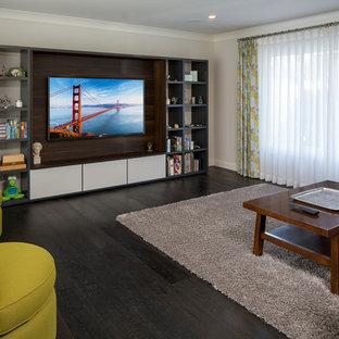 Diseño de sala de estar abierta, actual, de tamaño medio, sin chimenea, con suelo de madera oscura, pared multimedia, paredes grises y suelo negro