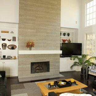 Immagine di un soggiorno moderno di medie dimensioni e chiuso con pareti bianche, parquet scuro, camino classico, cornice del camino piastrellata e porta TV ad angolo