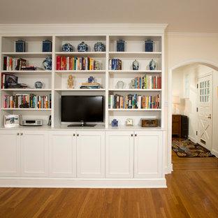 ワシントンD.C.の中サイズのトラディショナルスタイルのおしゃれな独立型ファミリールーム (ライブラリー、ベージュの壁、淡色無垢フローリング、据え置き型テレビ、暖炉なし) の写真