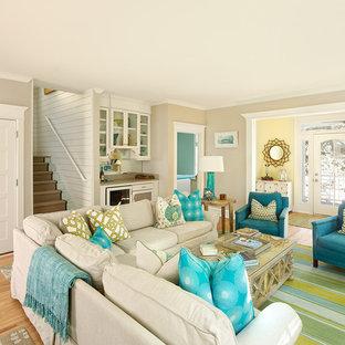 Esempio di un soggiorno stile marino con parquet chiaro