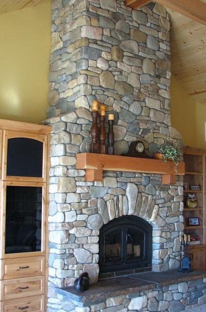 Traditional Family Room by EMERALD STONE MASONRY INC.