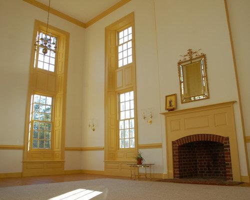 Wohnzimmer mit Kaminsims aus Backstein und gelben Wänden - Ideen ...