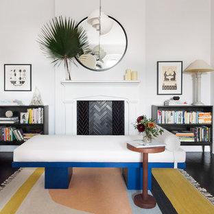 ニューヨークのヴィクトリアン調のおしゃれな独立型ファミリールーム (ライブラリー、白い壁、濃色無垢フローリング、標準型暖炉) の写真