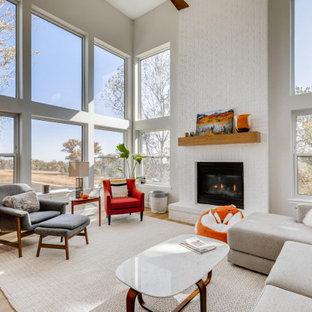 Idee per un grande soggiorno contemporaneo aperto con pareti bianche, pavimento in laminato, camino classico, cornice del camino in mattoni, pavimento beige e soffitto a volta