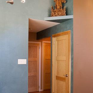 フィラデルフィアの中サイズのエクレクティックスタイルのおしゃれなファミリールーム (ミュージックルーム、無垢フローリング、標準型暖炉、石材の暖炉まわり、テレビなし、青い壁) の写真