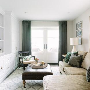 Diseño de sala de estar cerrada, clásica renovada, sin chimenea, con paredes beige y pared multimedia