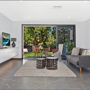Idée de décoration pour une salle de séjour urbaine ouverte avec un mur gris, un sol en marbre, un téléviseur indépendant et un sol gris.