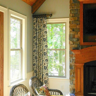 ローリーのラスティックスタイルのおしゃれなファミリールーム (青い壁、標準型暖炉、レンガの暖炉まわり) の写真