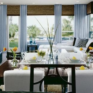 サンディエゴの大きいモダンスタイルのおしゃれなファミリールーム (青い壁、カーペット敷き、コーナー設置型暖炉、漆喰の暖炉まわり) の写真