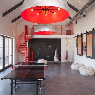 Diseño de sala de juegos en casa abierta, campestre, grande, con paredes blancas y suelo de cemento