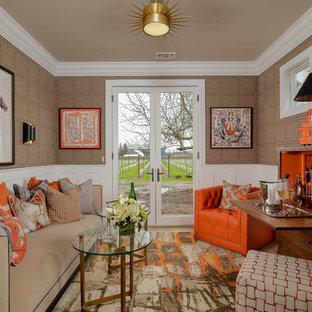 Ejemplo de sala de estar con barra de bar tradicional renovada con paredes marrones, suelo de madera en tonos medios y suelo marrón