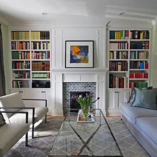 トロントの中サイズのコンテンポラリースタイルのおしゃれな独立型ファミリールーム (ライブラリー、緑の壁、淡色無垢フローリング、標準型暖炉、レンガの暖炉まわり、テレビなし) の写真