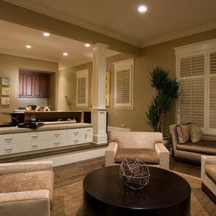 Offenes Modernes Wohnzimmer mit beiger Wandfarbe und braunem Holzboden in Chicago