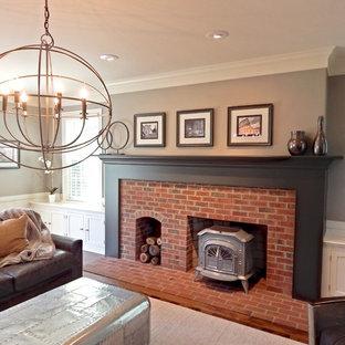 ミルウォーキーの中サイズのコンテンポラリースタイルのおしゃれな独立型ファミリールーム (ベージュの壁、濃色無垢フローリング、標準型暖炉、レンガの暖炉まわり、据え置き型テレビ) の写真