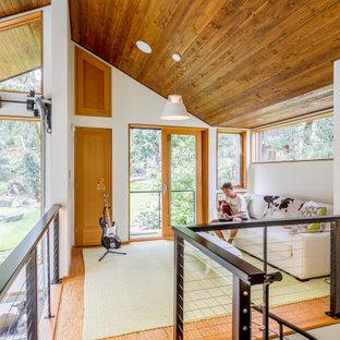 Idee per un soggiorno contemporaneo di medie dimensioni e stile loft con sala della musica, pareti bianche, pavimento in sughero, nessun camino, nessuna TV e pavimento marrone