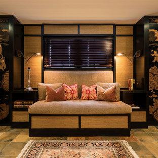 Esempio di un soggiorno etnico chiuso con pareti beige