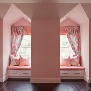 Ejemplo de sala de estar clásica renovada, de tamaño medio, con paredes rosas