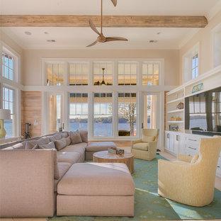 Ispirazione per un soggiorno stile marinaro con pareti beige, parete attrezzata e pavimento beige