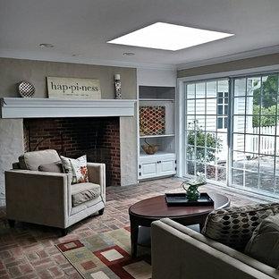 フィラデルフィアの中サイズのトラディショナルスタイルのおしゃれなファミリールーム (グレーの壁、レンガの床、標準型暖炉、レンガの暖炉まわり、テレビなし、茶色い床) の写真