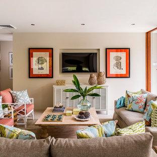 ブリスベンのビーチスタイルのおしゃれなファミリールーム (ベージュの壁、暖炉なし、壁掛け型テレビ) の写真